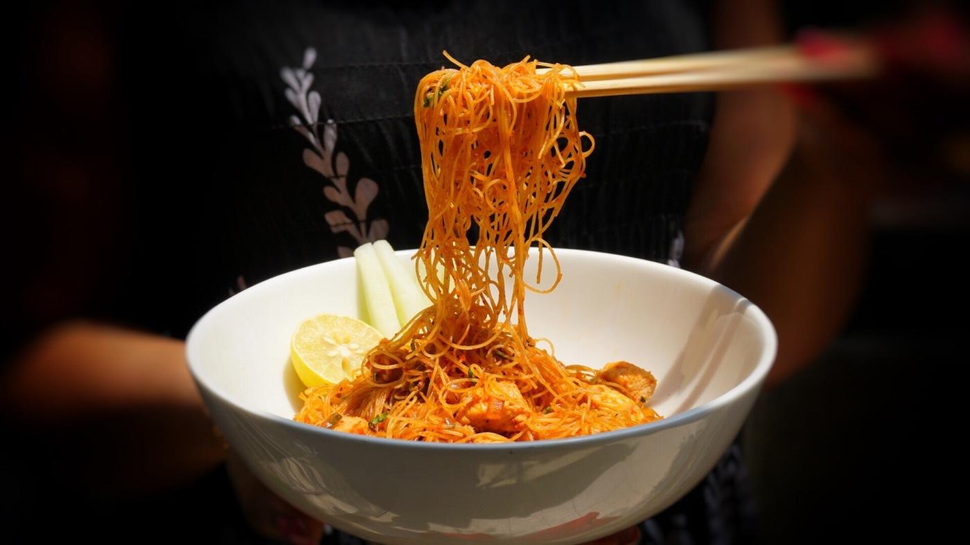 Spicy schezwan rice noodles with chicken