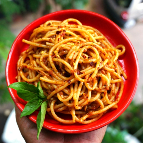 spaghetti aglio e olio with dried tomato paste