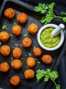 Serve hot with green chutney